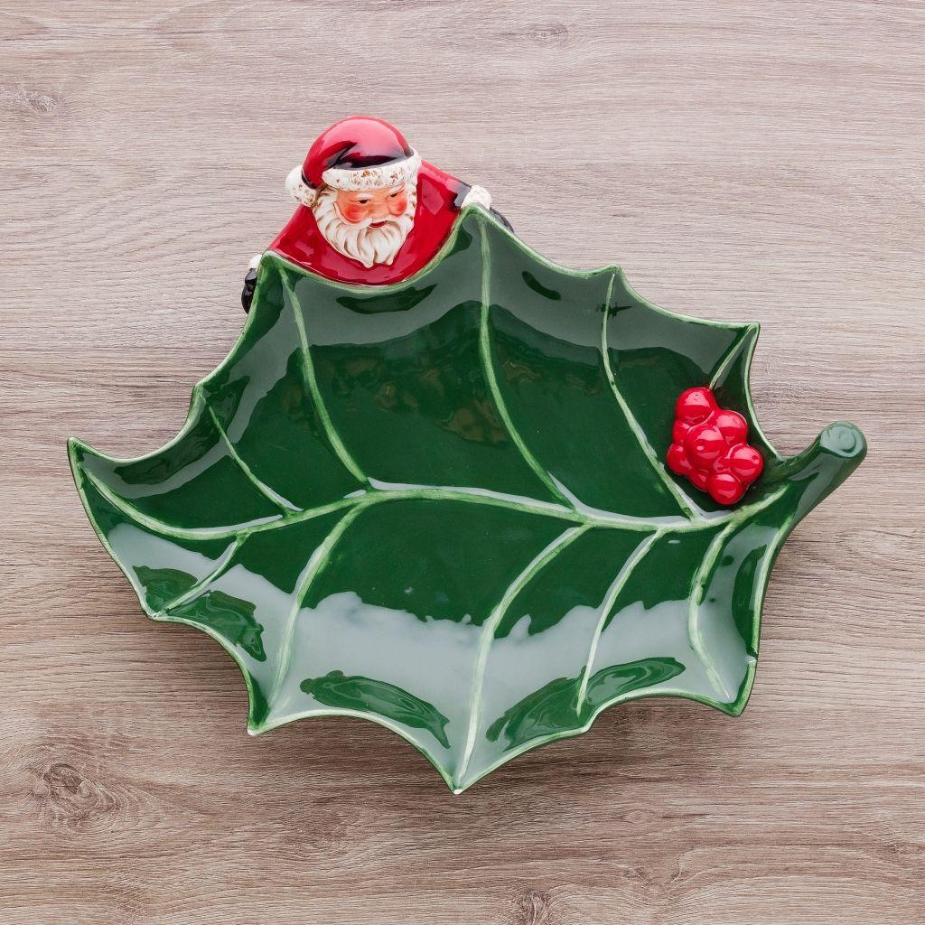 jak-udekorować-stół-na-boże-narodzenie-patera-świąteczna-w-kształcie-liścia-z-mikołajem